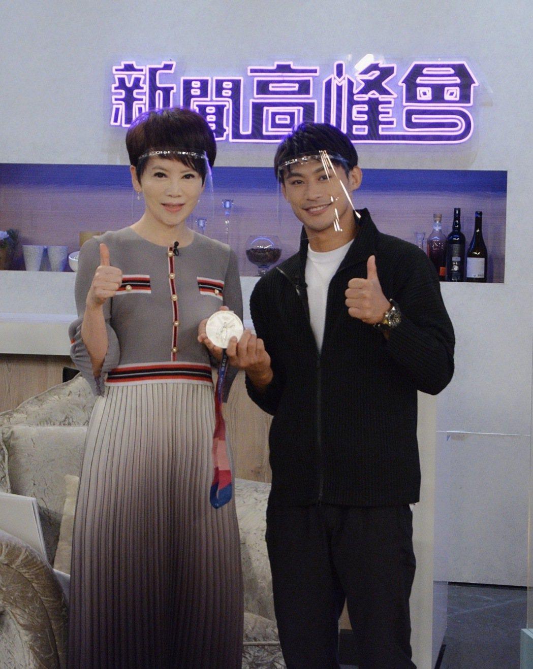 楊勇緯在節目中秀出銀牌。圖/華視提供