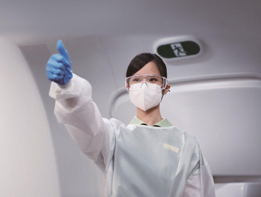 長榮航空堅持服務的初衷,雖然機上的各項服務因應防疫政策必須簡化,但公司仍致力於防...