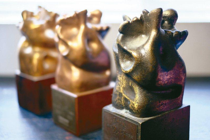 花蹤文學獎獎座由新加坡國家文化獎得主陳瑞獻設計。(圖╱龔萬輝提供)