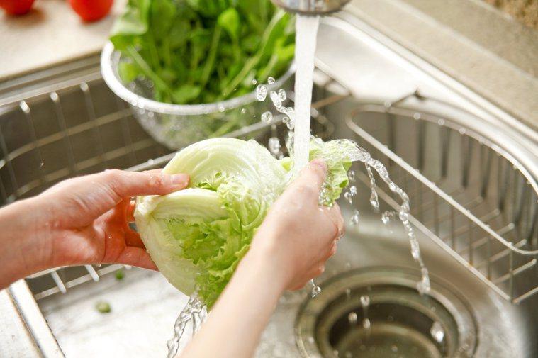針對不同類型的蔬果,清洗方法大同小異。圖/123RF