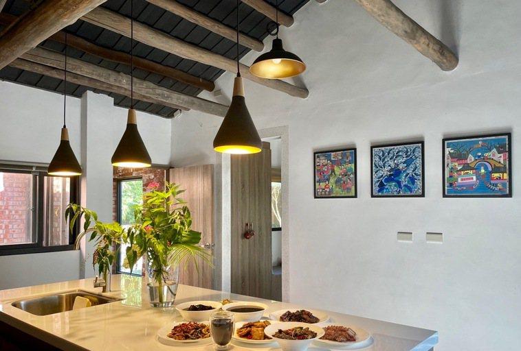 50年木造紅磚屋的現代廚房(中島)。圖/朱慧芳提供