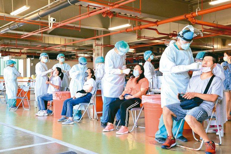 環南市場進行大規模PCR篩檢。記者林伯東╱攝影
