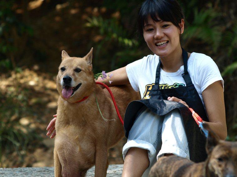 曾經有一顆大腫瘤的流浪狗妞妞,在Claire的照顧奔走下完成手術,成為家庭新成員...