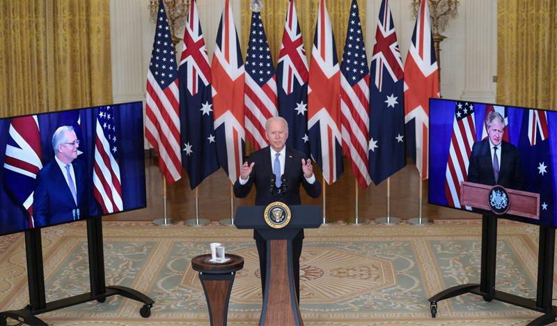 美國總統拜登(中)、英國首相強生(右)和澳洲總理莫里森(左)16日透過視訊共同舉行記者會,發布聯合聲明宣布成立三國新安全倡議AUKUS。 歐新社