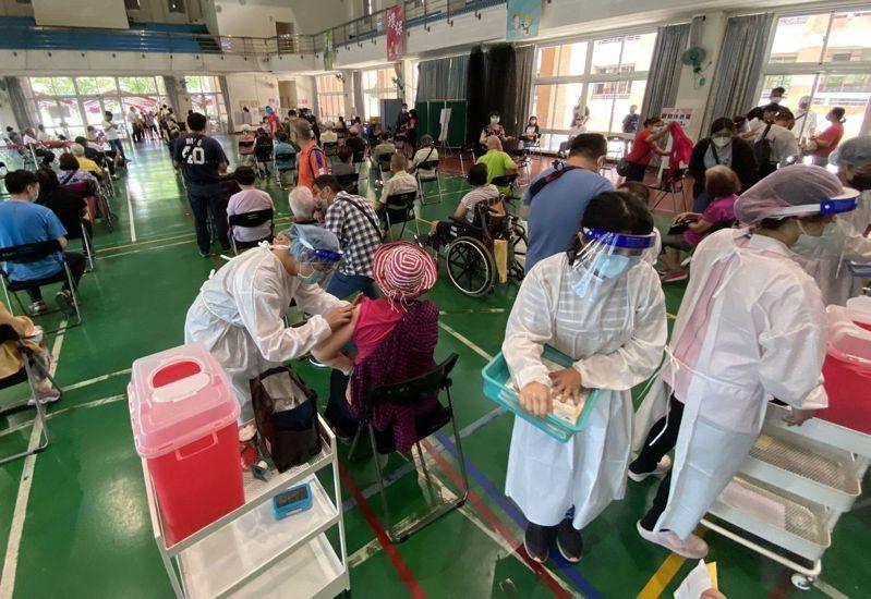 台中市75歲以上長者7月3日到快打站接種莫德納第一劑。記者趙容萱/攝影