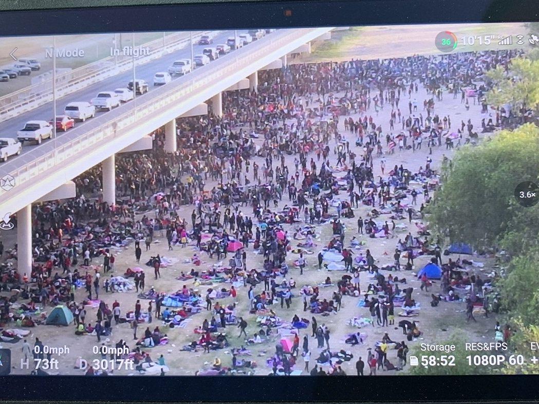 德州德里歐市長洛薩諾指出,通往墨西哥的國際橋下人群現已達10503人。福斯新聞用...