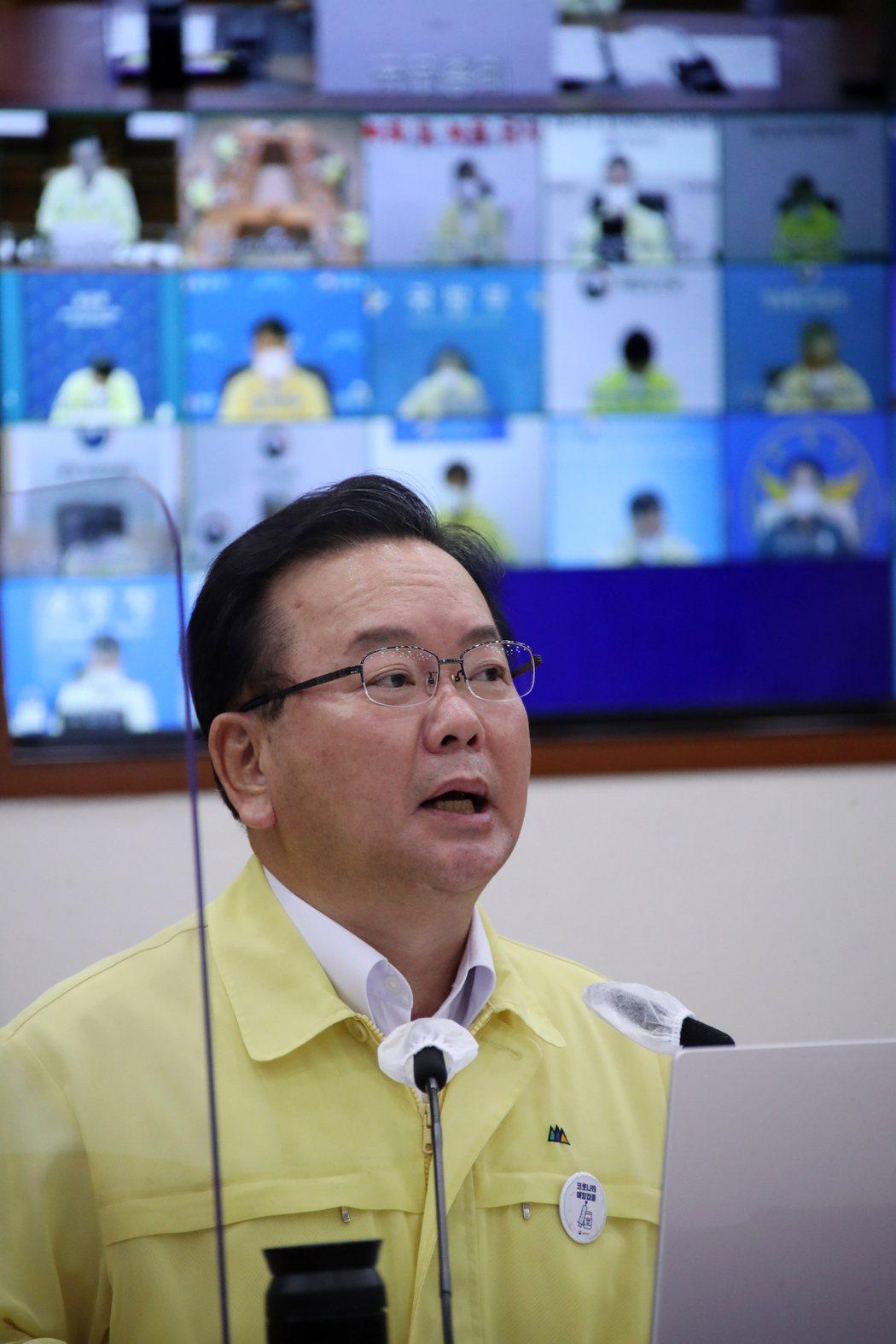南韓總理金富謙17日在視訊防疫會議上談話。歐新社