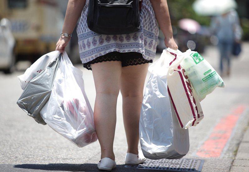 台灣限用塑膠包裝、容器等「限塑政策」邁入第20年,其中可分解塑膠就是取代一般塑膠的要角。圖/聯合報系資料照片