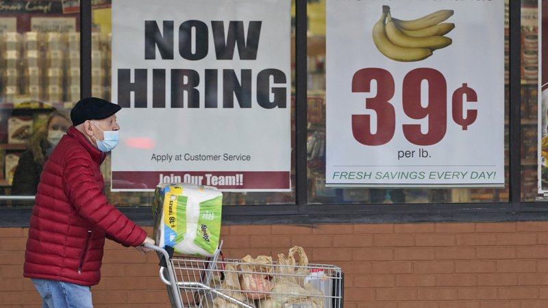 消費者對未來一年的通膨預期維持高點。(美聯社)