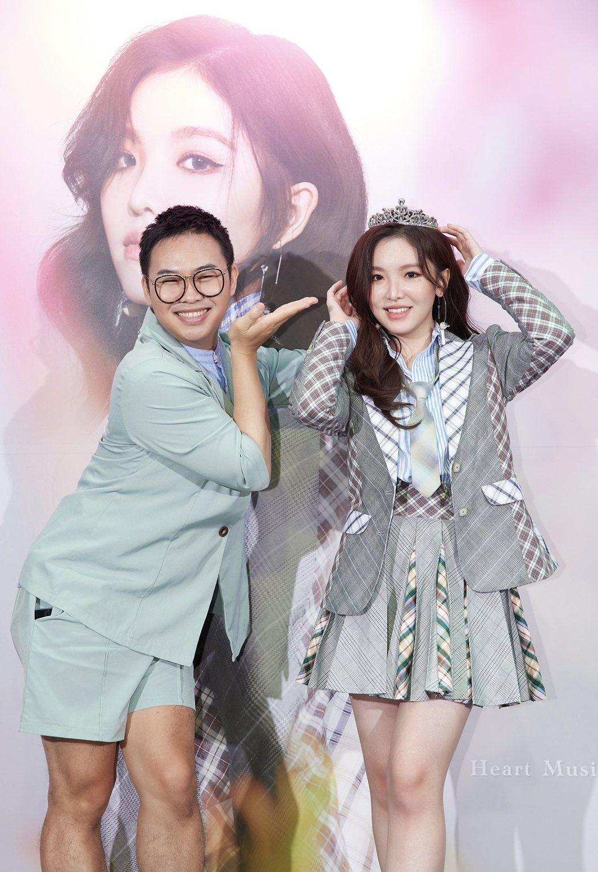 那那大師(左)為王欣晨加冕封「OST小天后」。圖/歆動音樂提供