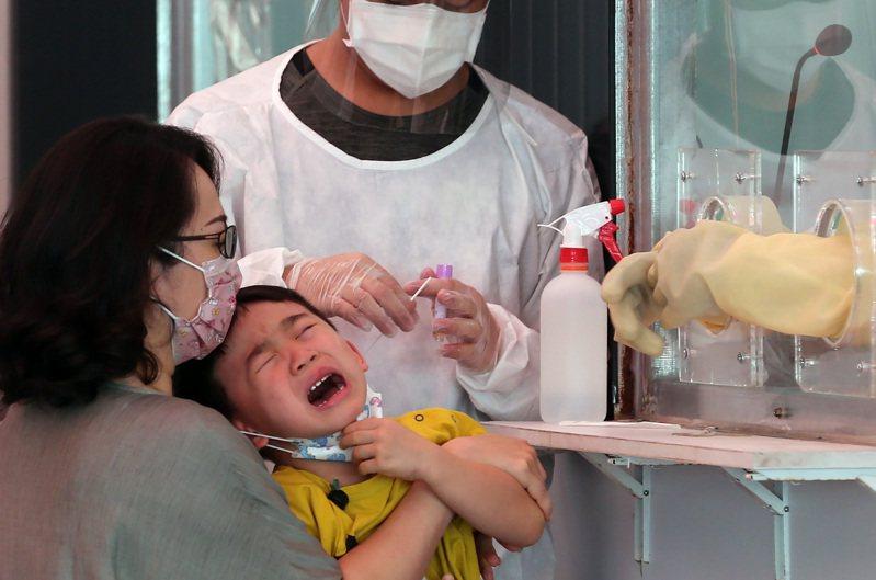 校園內不少老師、志工還沒接種疫苗,須每周快篩,但衛福部尚未核准唾液快篩試劑,鼻腔採檢又很不舒服,校園陷入防疫兩難。圖為示意圖。圖/聯合報系資料照片
