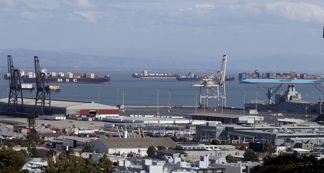 美國南加州港口的「塞船」情況空前嚴重,導致貨物全卡在船上進不來。        ...
