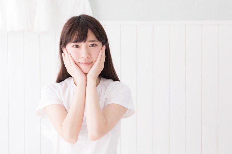 夏日肌膚呵護,適當清潔有益於肌膚不被髒空氣阻塞。圖/摘自pakutaso