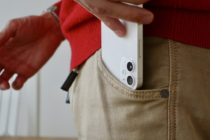 iPhone手機價位不低,為防止手機受損,使用者多會加裝手機殼、鏡頭貼等保護裝置。 圖/pixabay