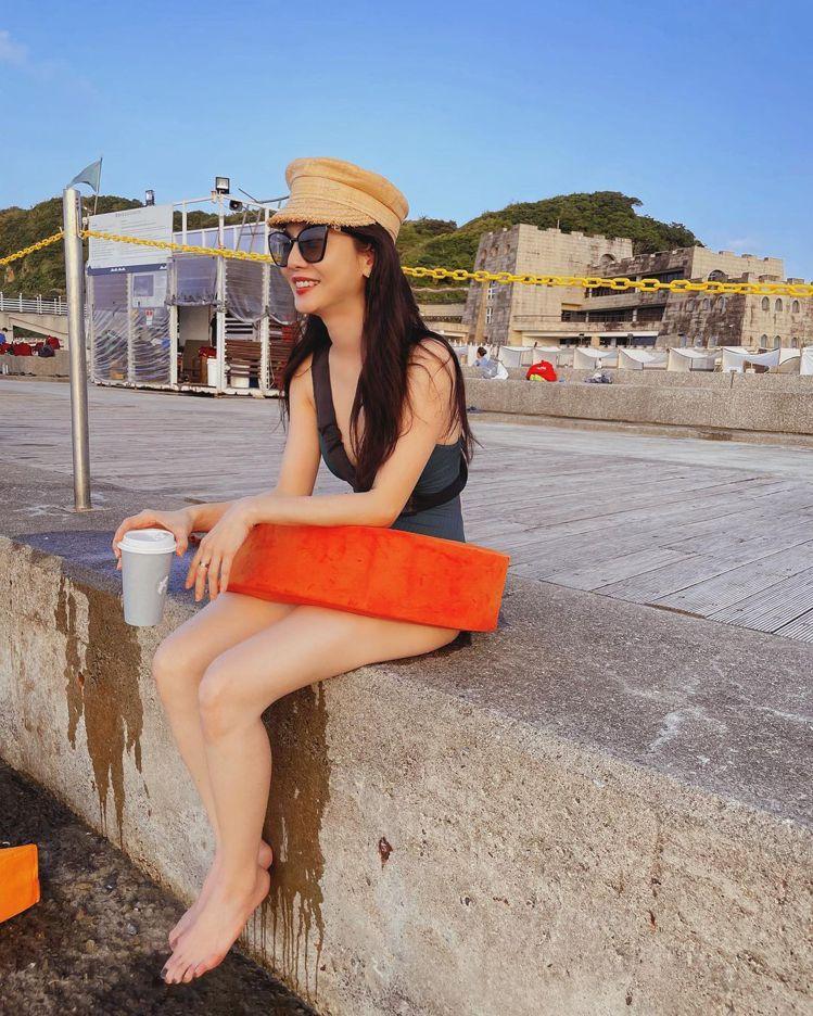 曾之喬在基隆和平島拍攝泳裝照,網友表示搭襯救生圈還是很時髦。圖/取自IG