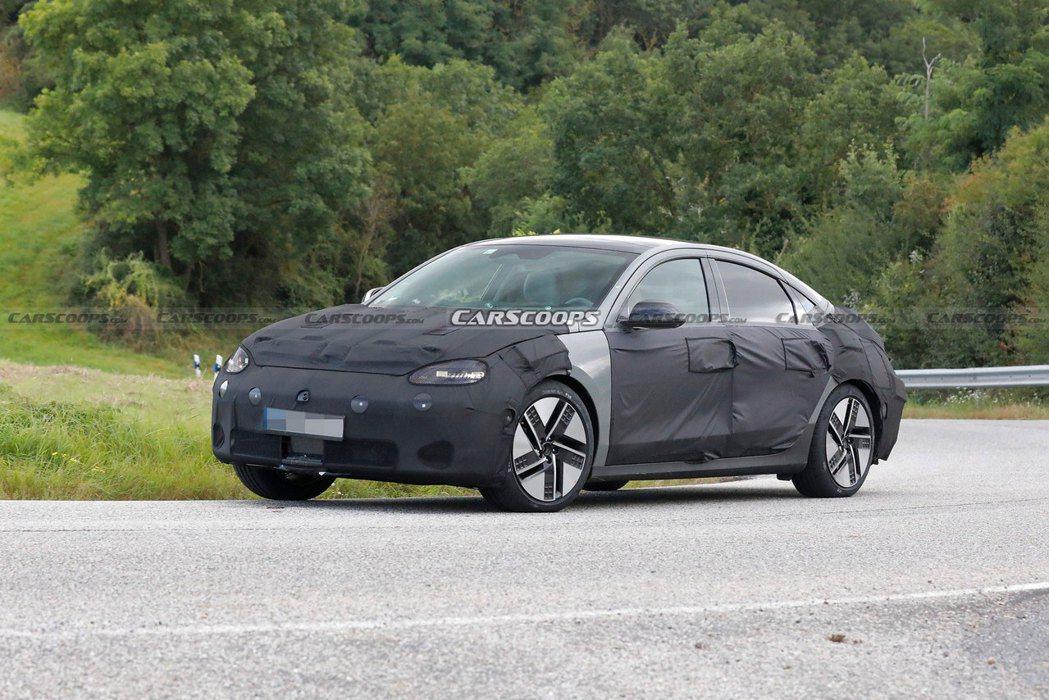 全新Hyundai IONIQ 6偽裝車首度曝光。 摘自Carscoops