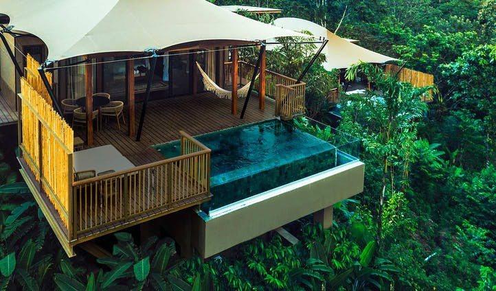 雨林中懸空的游泳池、浴缸是Nayara Tented Camp最大特色。圖/取自...
