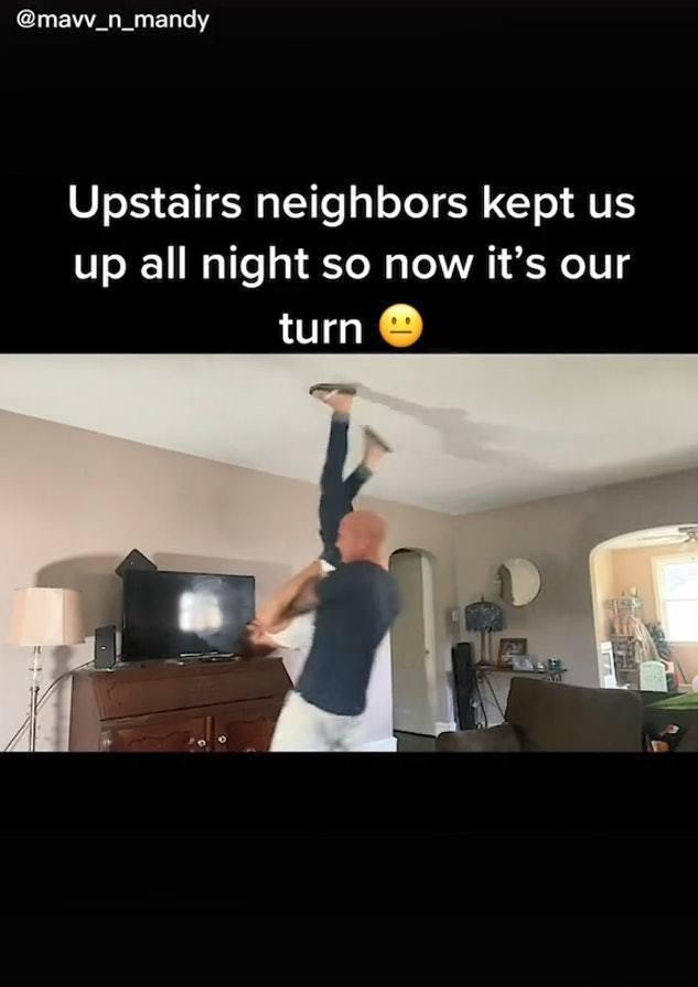 TikTok網紅夫婦Mav和Mandii分享有關片段,示範如何反擊樓上經常發出噪音的鄰居。(TikTok影片截圖)