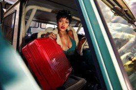 好辣!天后蕾哈娜擠雙球拍行李箱形象大片 網狀比基尼遮不住渾圓美胸 網「她就是美的化身!」