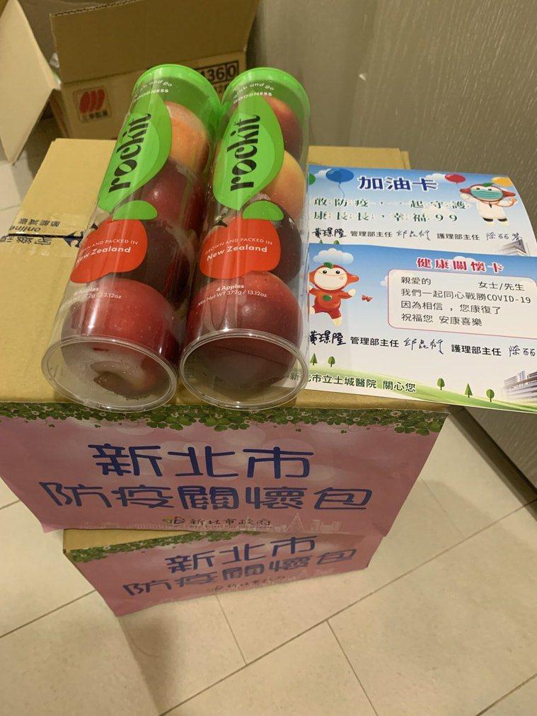 新北巿府送的防疫箱,裡面裝著乾糧,好不容易看到幾顆新鮮水果。圖/讀者提供