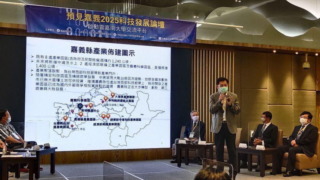 嘉義縣經濟發展處處長江振瑋(右站立者)說明嘉義縣的條件跟規劃。 楊鎮州/攝影