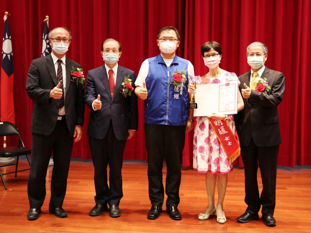 私教協會理事長唐彥博(右一)、弘道獎獲獎人與嘉賓合影。 曹佳榮/攝影