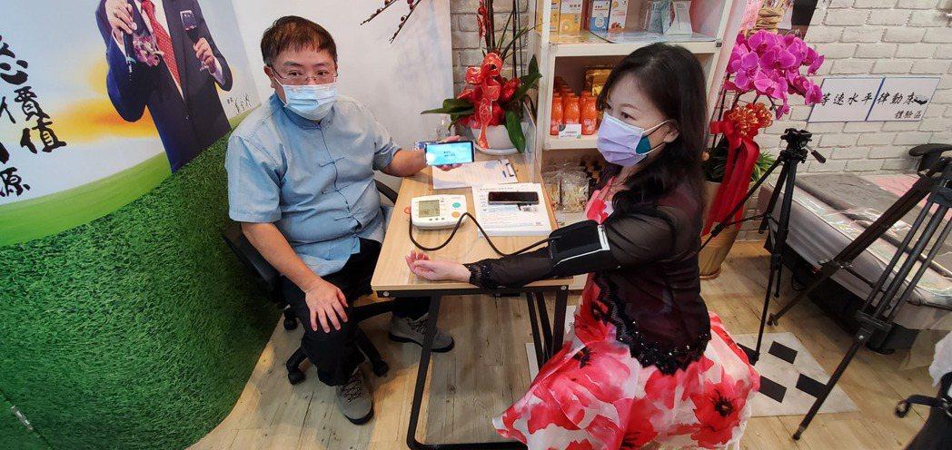 健康小屋深入社區服務,居民在家門口,就可以免費測量血壓生理分析。 張傑/攝影