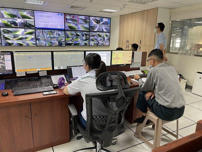 高雄輕軌行控中心監看系統整合測試。 高雄市政府捷運工程局/提供