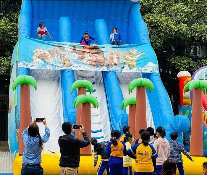 園區本次特別在活動日邀請巨型充氣樂園進駐,讓小朋友不限時在充氣樂園中放電,採人流...