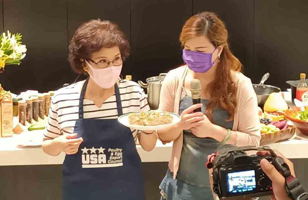 美廚藝專家林美慧老師(左)於「品茶油,吃美食」分享會示範美食料理。 協會/提供