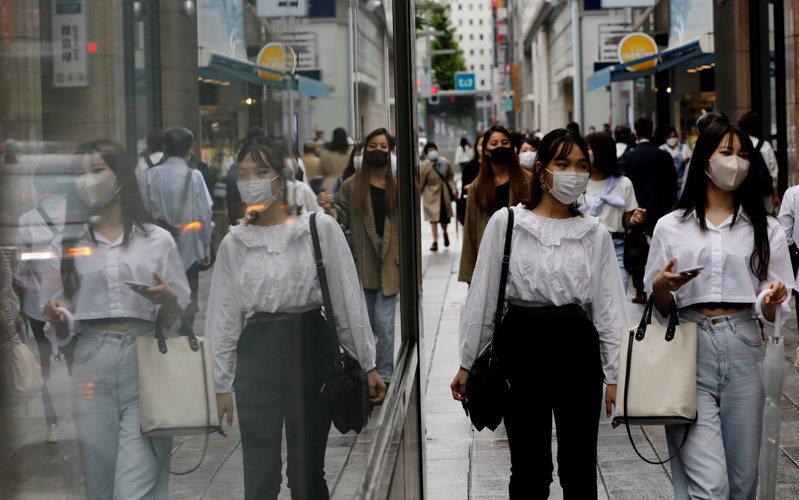 日本境內COVID-19(2019冠狀病毒疾病)第5波疫情暫趨緩,東京今天新增862例確診病例,連續3天單日新增低於千例。 路透社