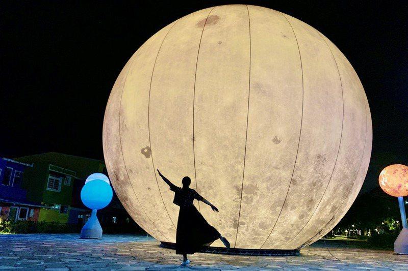 「月亮什麼冬冬」裝置藝術展覽19日登場,冬山鄉公所邀大家來追月。 記者林佳彣/攝影