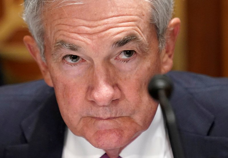 Fed發言人表示,鮑爾上周已指示「重新且全面評估官員在獲准持股和金融活動方面的道德規範」。路透