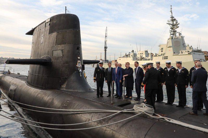美、英、澳3國組成新的防禦聯盟後,澳洲取消與法國的潛艦交易、轉而與美國合作,法國對此除嚴重抗議,更不惜召回駐美與駐澳大使。法新社