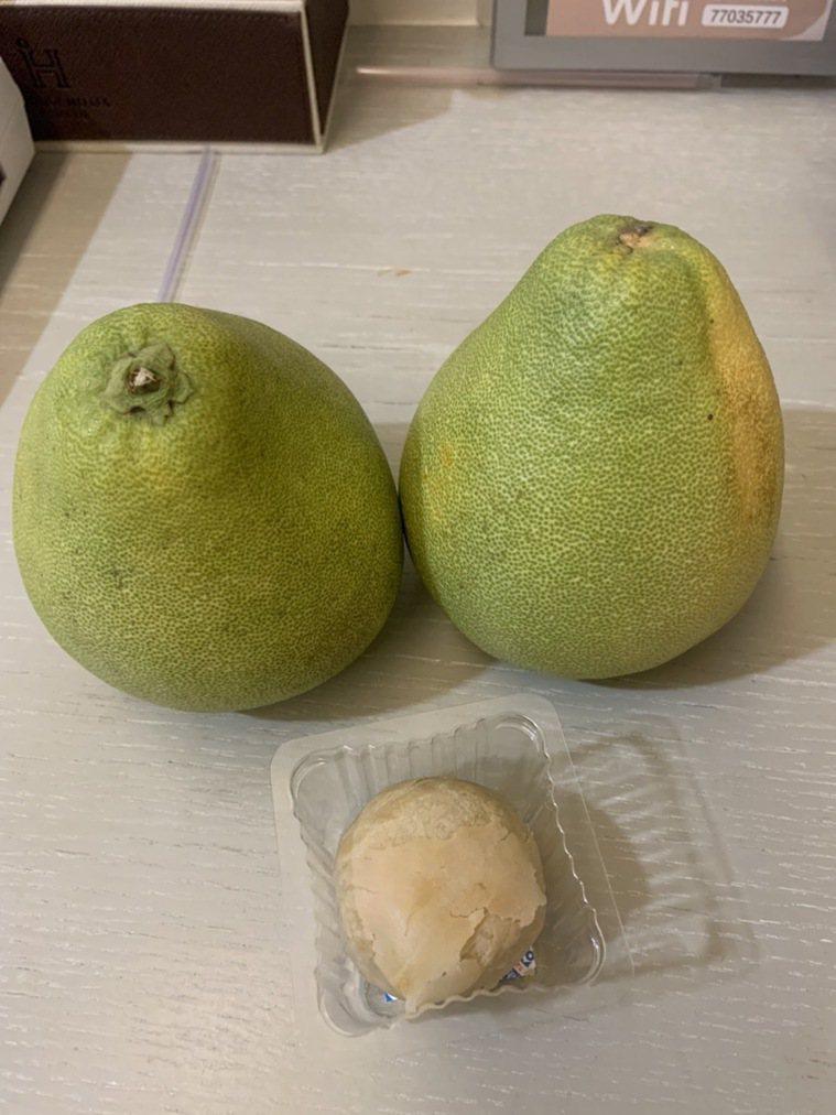防疫旅館居隔戶收到醫院送的兩顆柚子及一顆芋頭酥。圖/讀者提供