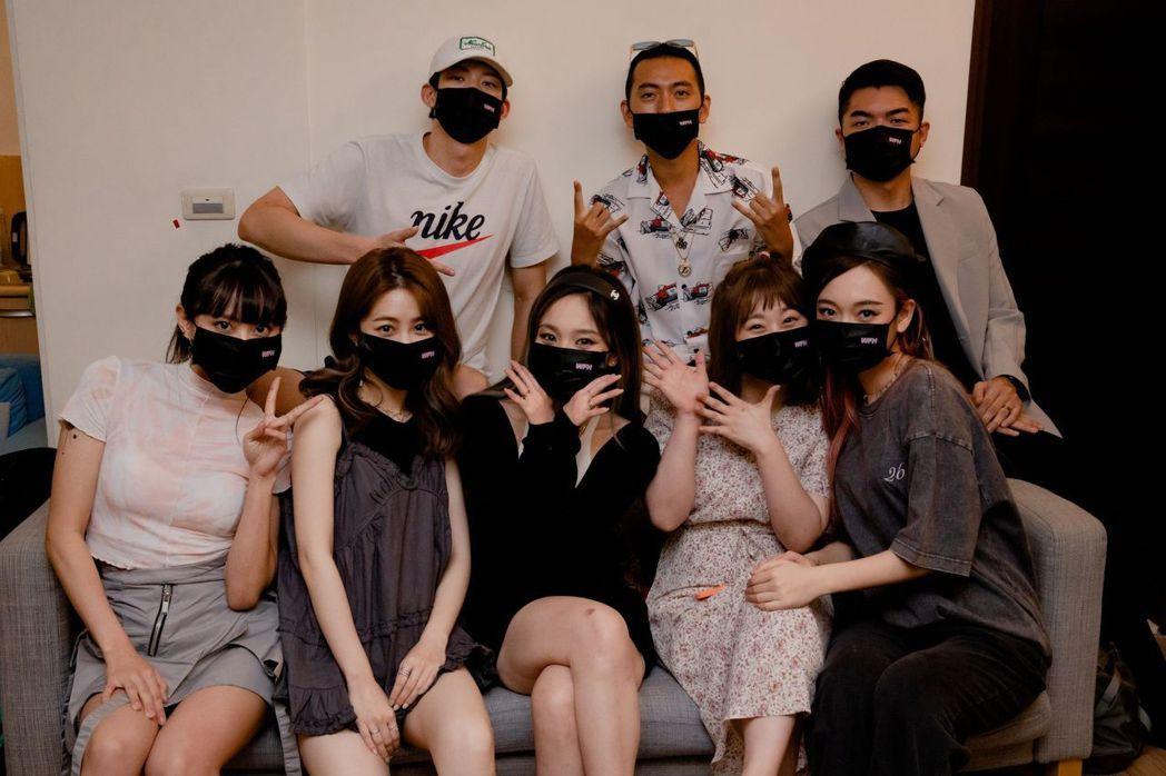 李芷婷(前排)左起、張語噥、Kimberley、焦凡凡和吳卓源於線上聽歌會相見歡...