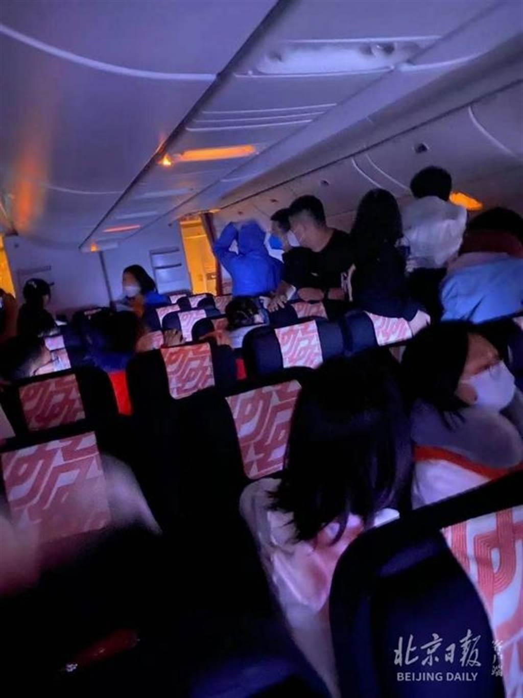 法國航空一架北京飛往巴黎的航班18日凌晨起飛不久後,客艙靠後位置傳出異響並冒出黑...
