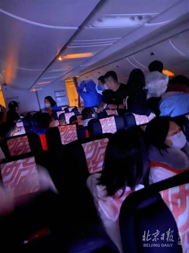 法國航空一架北京飛往巴黎的航班18日凌晨起飛不久後,客艙靠後位置傳出異響並冒出黑煙。截自北京日報
