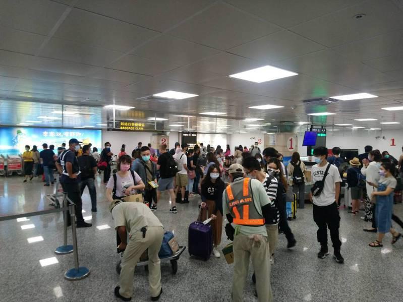 澎湖縣馬公航空站昨天統計到離站人次達6千多人,今天也約有3千多航班座位,紓解連假返鄉及旅遊人潮。圖/馬公航空站提供