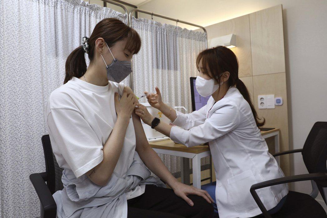 南韓兩名20多歲女子在接種輝瑞(BNT)疫苗之後,先是感到嚴重頭痛,最後居然演變...