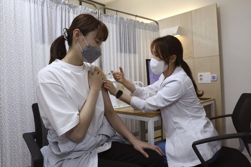 南韓兩名20多歲女子在接種輝瑞(BNT)疫苗之後,先是感到嚴重頭痛,最後居然演變成「腦出血」。圖非新聞當事人。美聯社