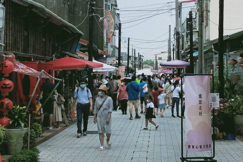 台南後壁菁寮老街今天上午湧入遊客。記者吳淑玲/翻攝