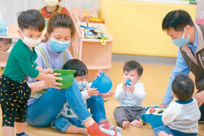 今年8月起,教育部調整非營利幼兒園教保員薪資,一下子與公辦民營托嬰中心人員薪資相差5000元。圖/聯合報系資料照片