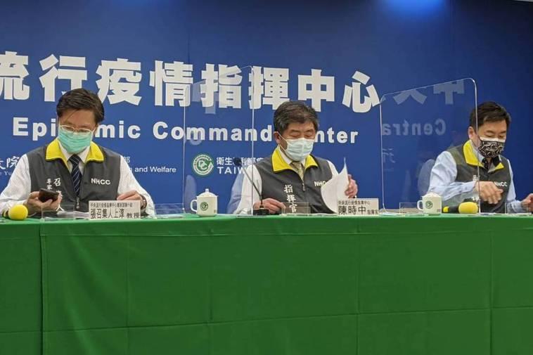 疫情指揮中心指揮官陳時中(中)表示,下周三會與醫療應變組開會,針對抗體檢驗訂定指...