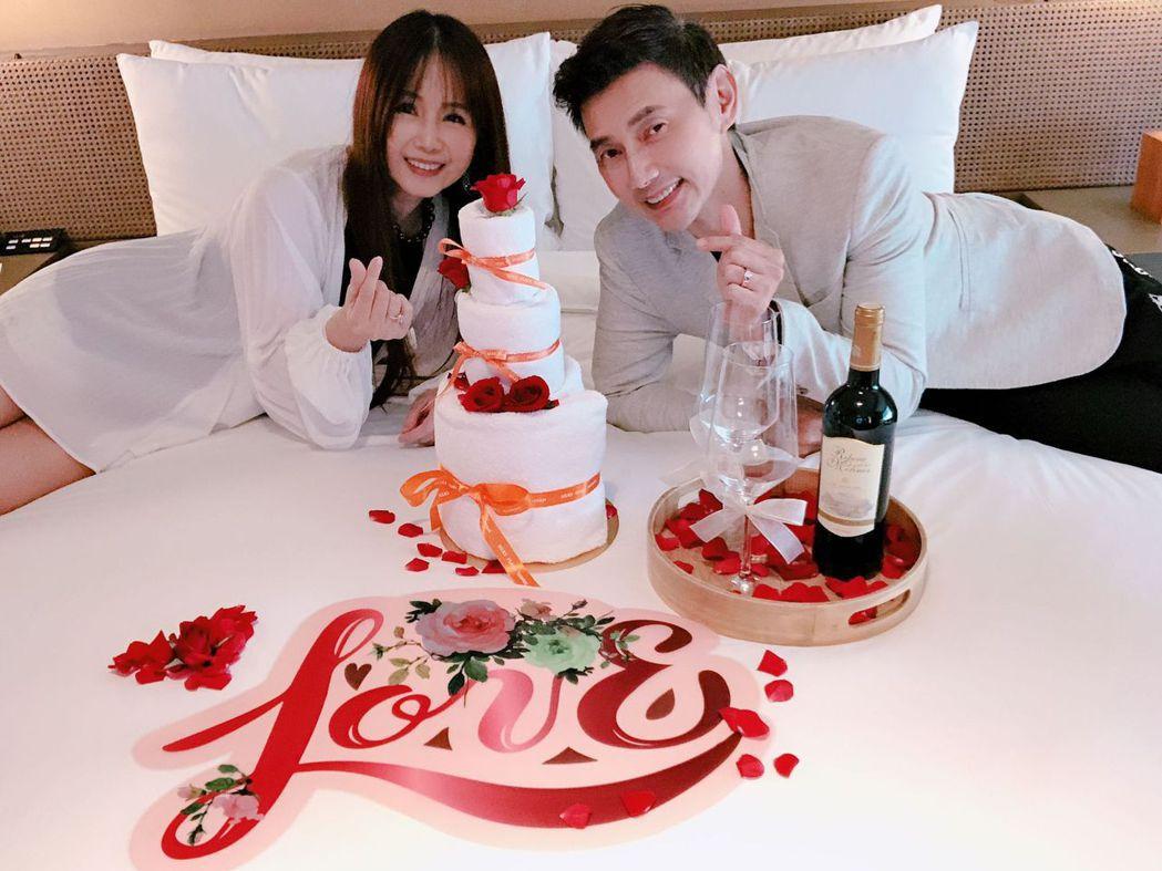 包偉銘(右)與老婆劉依純南下慶祝結婚6周年紀念。圖/翰森娛樂提供