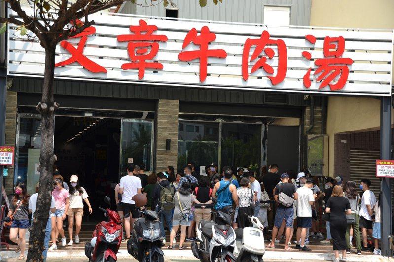 台南市安平路文章牛肉湯客滿,大群饕客在外等候。記者鄭惠仁/攝影