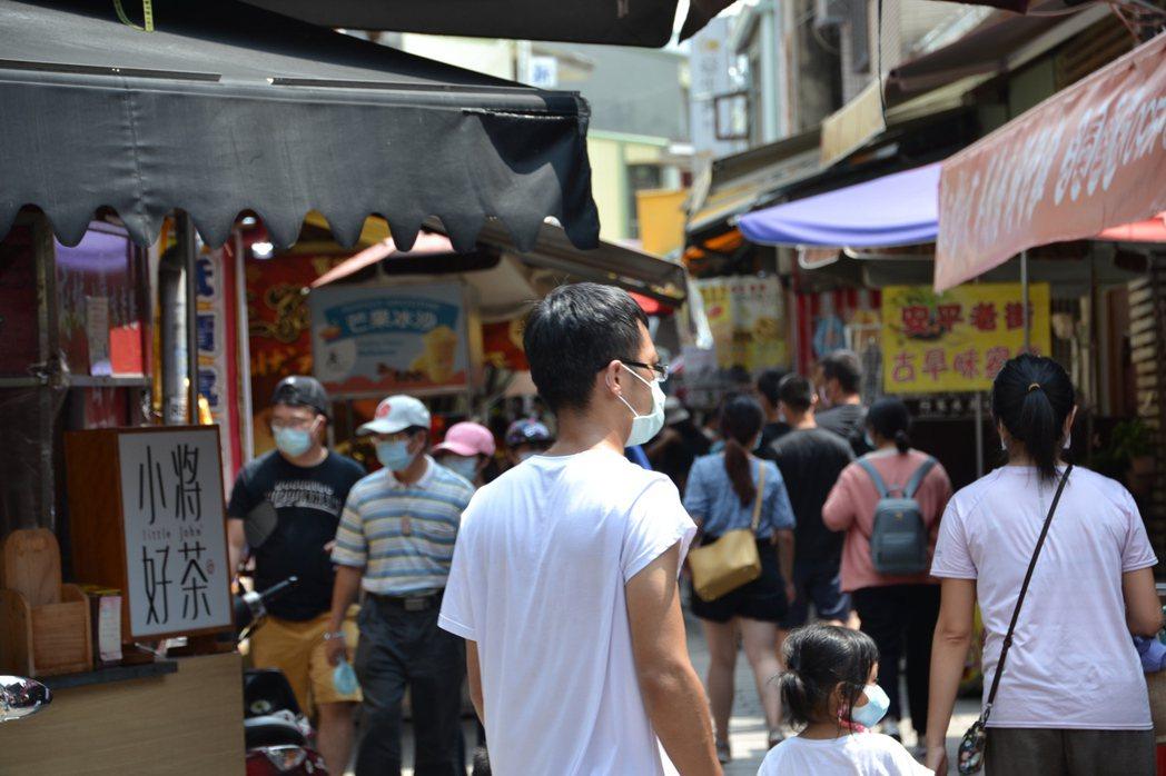 台南市安平老街今天中午人潮漸多,商家生意好多了。記者鄭惠仁/攝影