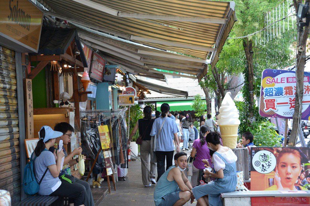 台南市中西區國華街淺草市集午後人潮進多,遊客坐下來吃美食。記者鄭惠仁/攝影