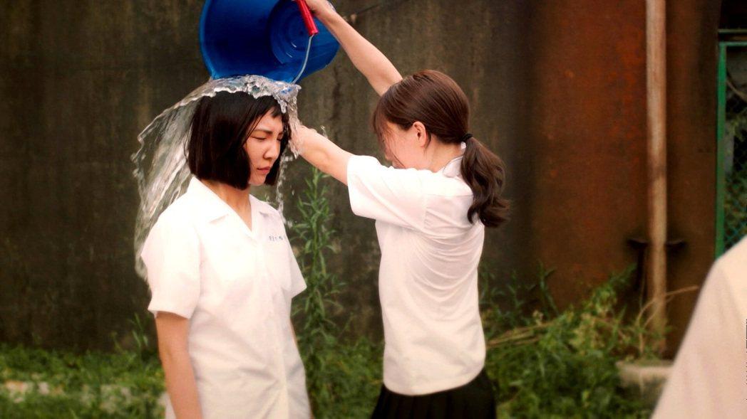 高雋雅(左)在「戀愛是科學」中飾演女同志,在學校慘遭霸凌。圖/三立提供
