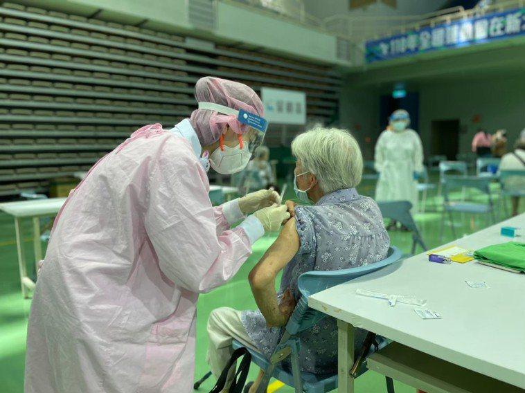 施打疫苗示意圖。圖/新北市衛生局提供